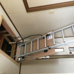 屋根裏収納の階段